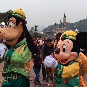 周りの人達に中国式の新年の挨拶をしています。