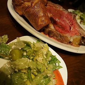 ディナーはグリークサラダと、オススメされたプライムリブを注文。