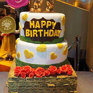 ハッピーバースデーのケーキ(偽物)を見つけました。ミッキーミニーの誕生日近いからか?と思いましたが、ゲストのアニバーサリー用みたいです。