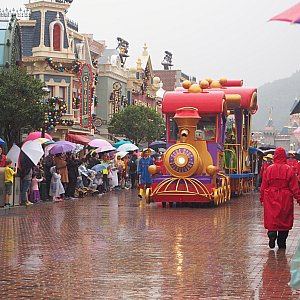 皆、傘やカッパなどの雨具装備で観賞です。
