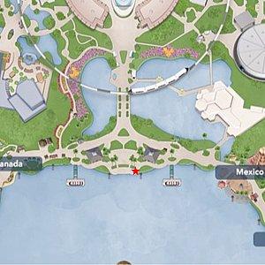 MAP2 こちらで観賞しました。柱と街灯が邪魔ですが、最前列です。