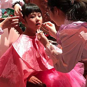 本格的なヘアメイクです。 お化粧はプリンセスによって違うようです。 オーロラ姫とお揃いの紫のアイシャドウにローズピンクの口紅。