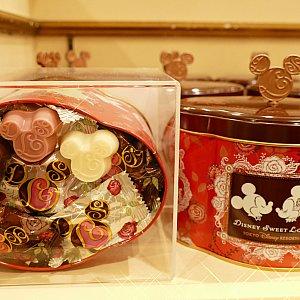 もうこりゃあ定番だろうといった感じの ザ・チョコレート。笑 ディズニースウィートラブのロゴ型が可愛いです!💓 可愛い缶に入って1300円!