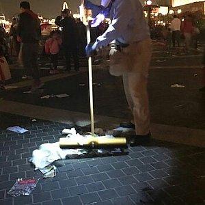 イグナイト後ゴミを片付けるカストーディアルさん