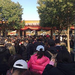 パーク入口前で少し列になっていましたが敢えて入場制限していたのかもしれませんね。