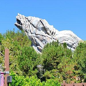 カーズランド入り口付近から見えるグリズリーの形をした岩山。この麓にグリズリーリバーランはあります!