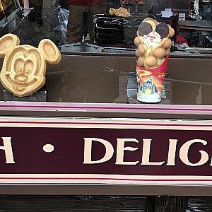 左のミッキーワッフル(50HKD)は日中も販売されていました。 右の鈴カステラみたいなアイス?は値段は分かりませんでした💦 これは日中販売されていませんでした。食べてみたかったのですが、エンチャに行く前だったので食べれず、、、💦💦