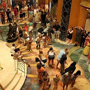 ロビーでは劇中の「kingdom dance」のシーンをフラッシュモブで再現。王国でみんなでダンスを踊るシーンです!