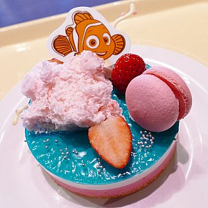 珊瑚礁をイメージしたコーラルリーフ・ケーキ! 可愛いニモやマーリン、ドリーの笑い声が聴こえてきそう✨ あーーー可愛い