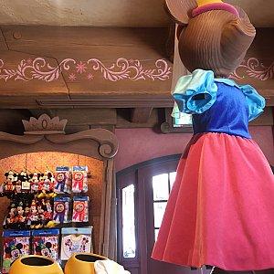 仕立て中のお洋服なのかなぁ? ミニーちゃんのマネキン可愛い♡