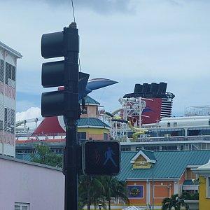 クルーズ船が奥に泊まっています。歩いてすぐのところで色々観光出来ました!