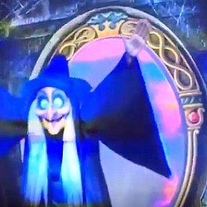 お妃が魔女になるシーン。魔法の鏡の周りがプロジェクションマッピングで幻想的な空間になります。