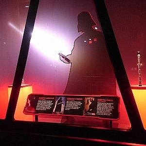 グリーティング部屋の手前には、ダース・ベイダーのシルエット。ダース・シディアスやモールのライトセーバーも展示されています。