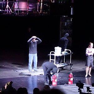 ステージ上に消火装置が入念にセットされて・・・