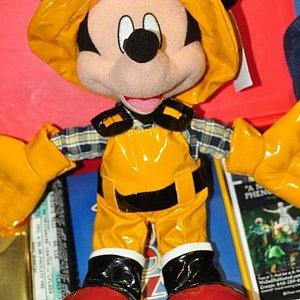 グリーティングをしているミッキーと同じつるつるしたビニール素材で作られた服を着ているぬいぐるみ。この航路に乗船したという大事な思い出です。