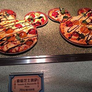 トマトとモッツァレラのピザ。