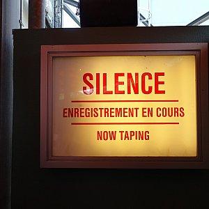 「お静かに」という忠告が。撮影中という設定ですからね。