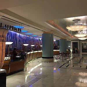 ホテルのフロントの床は大理石で高級感あり!