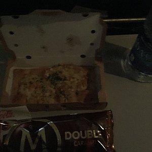 暗いですが、おやつのアイスとピザ。