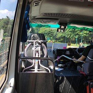バスは空港行きシャトルバスと同タイプ。20人ぐらい乗っており、お子さんも多かったので賑やかです。