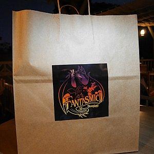 料理はファンタズミックのシールが貼られた紙袋で渡されます。