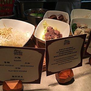麺は4種類から選べます。 具もお好みでチョイスできます。(もちろん指差し)