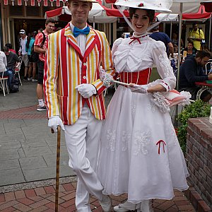 メリーポピンズ&バートはアトモス出演前にWグリをしてました。「ジョリー・ホリデー・ベーカリー・カフェ」というメリーポピンズをテーマにしたレストラン前でやってました。