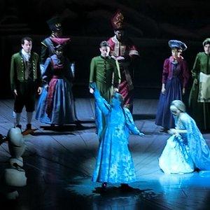 アナが氷漬けになるシーンは、おそらく役者にプロジェクションマッピングをあてているのかと。凄いです。