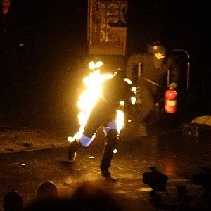 火だるまになったアクターが走り回る!準備と消火の様子が見どころです。