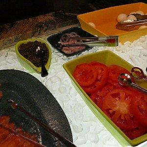 サーモン、トマトなどのサラダコーナー