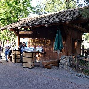 無料ロッカーはこの小屋の裏にあります。