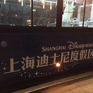 """バスのサイドには大きく""""上海ディズニーリゾート""""の文字があります。"""
