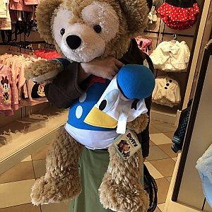 ミッキーアベニューのショップにドナルドの服を着たダッフィーが!