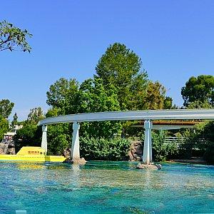 水面に潜水艦の色が栄えてなんともカリフォルニアらしいアトラクションです