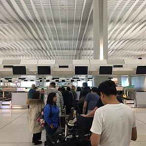 フライトの2時間以上前から人が集まって来ています。
