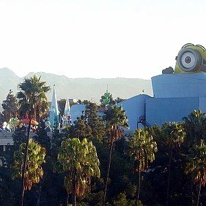 立体駐車場の上に造られたミニオンエリア。巨大なミニオンがハリウッドを見下ろしています(笑)