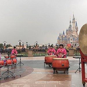 いろんな種類の太鼓やドラム、中国式のシンバル(小さい銅鑼?)の音色が春節っぽい!