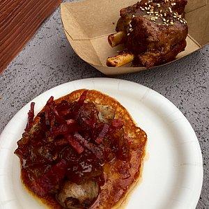 Piggy Wingsは韓国風のバーベキューソースがかかったスペアリブ。星⭐︎⭐︎⭐︎。Sweet Pancake は意外なお味で僕には大ヒット!チキンソーセージ、飴色玉ねぎがのったパンケーキ。星⭐︎⭐︎⭐︎⭐︎⭐︎。