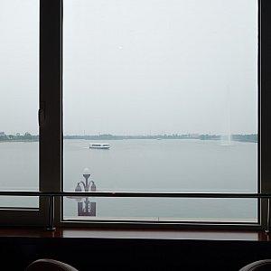 窓から人工湖が見えます。とても優雅。