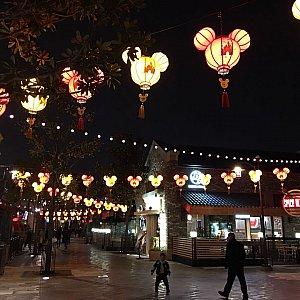 ディズニータウンも春節らしく提灯がたくさんありました。