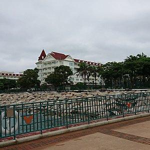 波止場から見えるホテル。