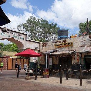 ウォーターメロン・レモネードはハランベ・マーケットの入口のすぐ側、「WANJOHI REFRESHMENT」で購入できます。工事中のデザートのお店「Zuri's Sweets」が写りこんでます。