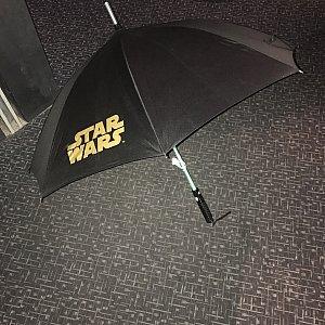 ライトセーバーの傘(295元)は広がるとこんな感じで重いです💔