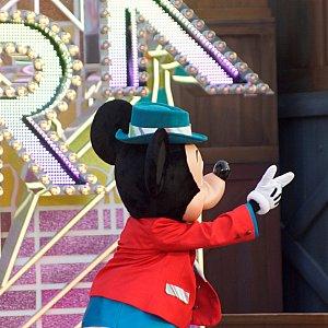Brand New Dayではミッキーが中心になり、指さす方向にいるキャラクターが決めポーズをしていきます
