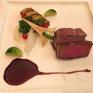 肉料理の「黒毛和牛のロースト、ヴァンルージュソース、ラタトゥイユ添え」奥にレミーといえばラタトゥイユ!