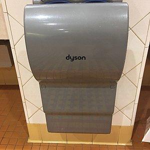 ちなみに上海ディズニーのトイレ内のハンドドライヤーはダイソン製です。