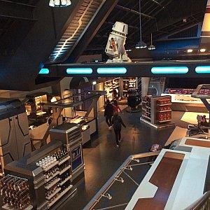 乗り終わった場所にはグッズのショップが。上海のように広いお店です。