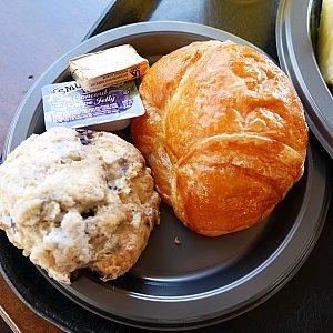 スコーンはブルーベリー味。 パンにはバターとジャムが、ついてましたが、そのままでも柔らかくて美味しかったです😉