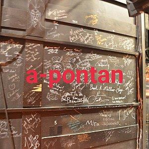 舞台横セットの後ろのディズニーアニメーターレジェンド、舞台キャストのサイン