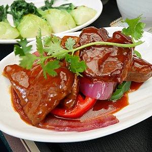 下にはレッドオニオンとパプリカが敷かれてました!野菜食べれてよかったー😆 お肉は多少八角が入ってるかもですが、少し甘めで柔らかくて美味しかったです😋